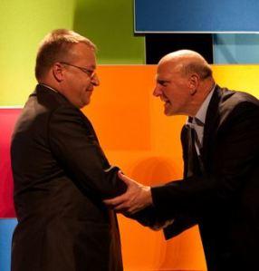 Windowsin tulevaisuus älypuhelimissa oli yksin Nokian varassa. Ostosuunnitelma laitettiin toteutukseen, kun Lumia-mallien markkinaosuus oli lähtenyt selvään kasvuun. Steve Ballmer ja Stephen Elop olivat yhteisellä asialla.