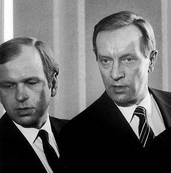 """Valtiovarainministeri Erkki Liikanen (sd) ja pääministeri Harri Holkeri (kok) ajoivat Suomen talouden kiville 1980-luvulla. SDP lähti hallitusyhteistyöhön, koska kokoomuksella ei ollut  """"mitään politiikkaa, ei kerrassaan mitään""""."""