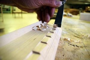 Huonekalujen yksityiskohtainen koristeellisuus vaatii puusepältä äärimmäistä tarkkuutta taltan käytössä.