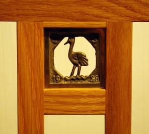 Eliel Saarisen suunnittelemassa tuolissa  on hänen poikansa Eeron pienenä piirtämä metallinen kurkikuvio.
