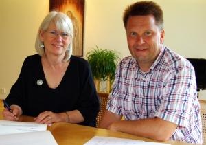 Susan Saarinen ja Petri Pajumäki allekirjoittivat sopimuksen Saarisen perinnön jatkumisesta Tetrimäki Oy:n tuotannossa.