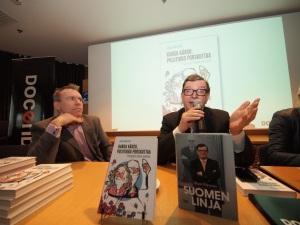 """Taloudesta ja politiikasta on nyt paljon tietoa tarjolla. """"Kannattaa lukea molemmat kirjat, niin saa oikean kuvan"""", sanoi Paavo Väyrynen tuodessaan oman kirjansa Kansa kärsii, poliitikko porskuttaa -kirjan julkistustilaisuuteen."""